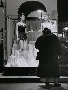 The Dream – Shop window on the Boulevards, 1934, Branssai