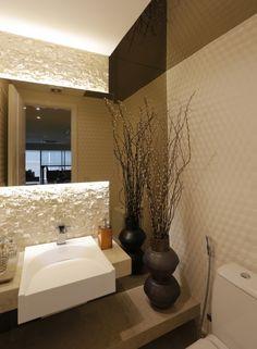 Lavabo com pedra natural, espelho bronze e papel de parede - Romero Duarte & Arquitetos