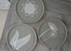 Beton Diy, Concrete Crafts, Iris, Diy And Crafts, Wolf, Decorative Plates, Diy Projects, Crafty, Stone