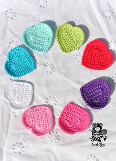 Srdceeeeeee Háčkovaná aplikace ve tvaru srdíčka, možnost využití na čepky, trička, svetry, nebo jako girlandu Pokud by se vám líbila jiná barvička, stačí písnout :o)) Cena za jeden kousek