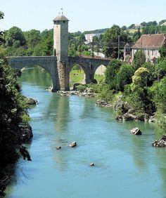 Vieux pont d'Orthez, Pyrenees - La commune est traversée par le gave de Pau et ses affluents, les ruisseaux le Laâ (et ses tributaires, les ruisseaux l'Ozenx et des Moulins), de Rontun et de Caséloupoup.  Le Grècq est un petit ruisseau affluent de la rive droite du gave, ses crues soudaines ont été maîtrisées par l'établissement du lac de retenue du Grècq. On trouve parfois l'orthographe fantaisiste l'Y ou le lac de l'Y (« l'i grec »)