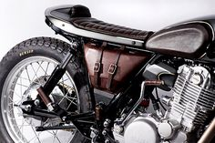 old-empire-motorcycle-yamaha-sr400-posteriore