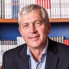 Holger Rathgeber begyndte sin karriere i Asien og har arbejdet i industrivirksomheder siden starten af 1990'erne. Han er nu ansat hos Becton Dickinson, et af verdens førende meditekselskaber. Han har skrevet Isbjerget smelter i samarbejde med John Kotter.