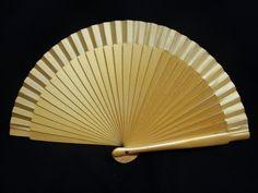 Abanico de madera liso. Color: Dorado. Medida: 23 cm.