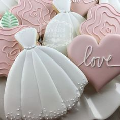 Find some good ideas for bridal shower cookies and wedding cookies to use for your wedding. Some good options for fall weddings, spring weddings and summer weddings! Elegant cookies as well as rustic Wedding Dress Cookies, Wedding Shower Cookies, Bridal Shower Cakes, Bridal Showers, Royal Icing Cookies, Sugar Cookies, Cookies Et Biscuits, Owl Cookies, Elegant Cookies