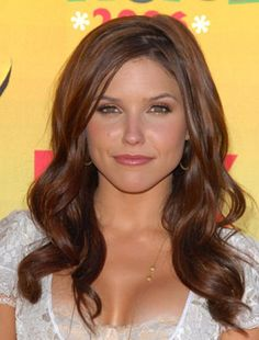 Sophia Bush Hair Color 2012 All over color: Gold Copper Toffee Mix with: 30 vol activator and are multi tonal colours from Organic Color Systems Sophia Bush Short Hair, Sophie Bush, Locks, Celebrity Hairstyles, Hairstyles Haircuts, Great Hair, Pretty Hairstyles, Sophia Bush Hairstyles, Gorgeous Hair