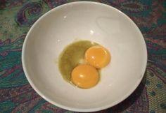 Două gălbenuşuri de ou bine separate de albuş se amestecă cu 2 linguri din combinaţia de tincturi pentru creşterea părului şi 4 linguri de apă, astfel