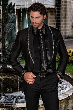 Borgoña chaqueta + pantalón negro + camisa negra con corbata de moño