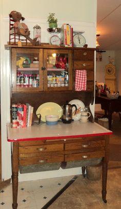 Magazine Your Home: Possum Belly Wha? Kitchen Queen, Red Kitchen, Vintage Kitchen, Homey Kitchen, Vintage Decor, Vintage Furniture, Cool Furniture, Country Furniture, Antique Hoosier Cabinet