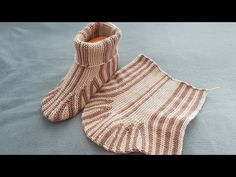 Knit Baby Shoes, Crochet Baby Boots, Knitted Booties, Knitted Slippers, Crochet Slippers, Knitting Videos, Baby Knitting Patterns, Crochet Slipper Pattern, Sweater Design