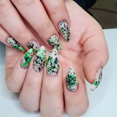 "Tsui auf Instagram: ""𝕤𝕡𝕝𝕒𝕤𝕙𝕖𝕤 . #splashes #sprinkles #nailsofinsta #greenandblack #alternative #slowlygrowingback #longnails #nails #nailart #kunst #nagelkunst…"" Nailart, Beauty, Instagram, Beauty Illustration"