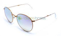 Para se manter um óculos redondo relevante, o Ray Ban RB 3532 foi atualizado com um design dobrável prático. Bonito e cheio de detalhes, é onde a forma encontra a função.  http://www.oticasbrasil.com.br/ray-ban-round-metal-dobravel-rb-3532-198-7x-oculos-de-sol