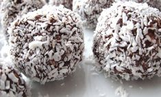 Ingrediënten chocolade kokos bonbons Circa 6 à 7 stuks 10 dadels 1 theelepel rauwe cacao 1 theelepel kokosrasp I Love Food, Good Food, Nice Biscuits, Healthy Cake, High Tea, Sweet Recipes, Sweet Treats, Sweets, Baking