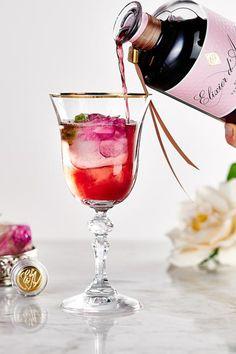 Zum Auftakt einen Roseneiswürfel in das Glas geben. Hierfür eine große Eiswürfelform 1/3 mit Wasser füllen, einen Rosenkopf oder einzelne Blüten hineingeben und einfrieren lassen. Sobald die Würfel fest sind komplett mit Wasser auffüllen und nochmals einfrieren. Dann kommt der Höhepunkt: Das Glas mit Sekt auffüllen und schließlich 2 cl Elixier d'Amour hinzugeben. Ein Drink so einfach und verführerisch wie sein Name. Der perfekte Aperitif und Beginn eines romantischen Abends. Alcoholic Drinks, Cocktails, Red Wine, Glass, Food, Love, Water, Simple, Craft Cocktails