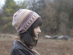 Find hundreds of fantastic hat knitting patterns! Discover quick and easy hat knitting patterns, from beanies and berets to pom-pom hats and slouch hat patterns. Knit Hat Pattern Easy, Knitting Patterns, Crochet Patterns, Knit Crochet, Crochet Hats, Pom Pom Hat, Bobbin Lace, Knitted Hats, Ravelry