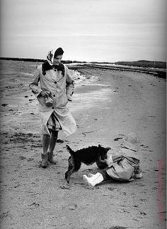 Jackie Kennedy walking with her toddler daughter and Charlie the Welsh terrier along the beach at Hyannis, 1960.(Mark Shaw)