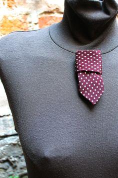 spilla realizzata con cravatta vintage in pura seta da BUBI ARTIGIANATO PAZZERELLO