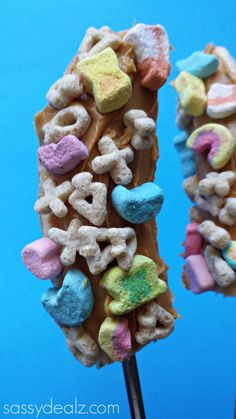Lucky Charms Banana Pops made from bananas, peanut butter, and lucky charms cereal! Perfect for a breakfast snack or St Patricks day treat for kids | http://www.sassydealz.com/2014/02/lucky-charms-banana-pops-fun-kids-breakfast-snack.html