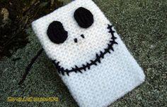 Funda de móvil Jack Skeleton por semillasdebonsai en Etsy Cell Phone Covers, Phone Cases, Crochet Purses, Bottle Holders, Rubber Bands, Knit Crochet, Pouch, Snoopy, Knitting