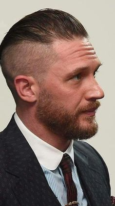 Love Tom's new hair cut! Most Beautiful Man, Gorgeous Men, Tom Hardy Dunkirk, Tom Hardy Hot, Girls Toms, Men's Toms, Hollywood Celebrities, Famous Celebrities, Haircuts For Men