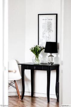 Muebles para decorar una casa pequeña o de infonavit Hallway Decorating, Interior Decorating, Interior Design, Console Table Styling, Apartment Chic, Scandinavian Home, Beautiful Interiors, Home Accents, Home And Living