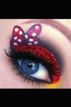 Ihr wünscht euch große, leuchtende Augen, wie die eurer Kindheits-Heldin 'Sailor Moon'? Mit Fake Lashes und viel Rouge gelingt euch dieser Look...