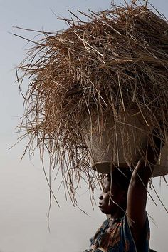 Africa | Woman carrying a heavy load in Guinea-Bissau. | ©Ernst Schade