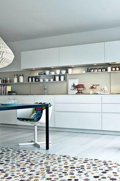Hochglanzküche, Glänzende Fronten, Hochglanzfronten, Küchenzeile, Weiß,  Weiße Küche Mit Holz, Holz Arbeitsplatte, Holzverkleidung, Holzplatte,  Weiße Fronten ...