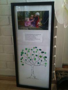 DIY: personlig gave til bedstemor. Træ med fingeraftryks blade lavet af begge børn. Et lille digt og billede af ungerne og bedstemor sammen. Zoom ind på digtet for at læse det. Sæt det i en ramme så blir det ekstra fint.