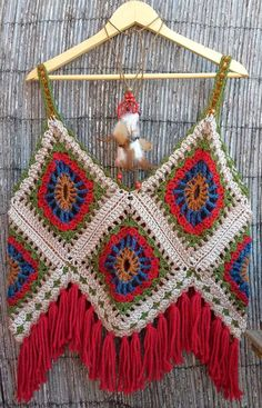 Crochet Granny Square Patterns This is an awesome halter! No pattern;but if you need a pattern,there are over 2000 free granny square patterns on my granny square board! Crochets En Crochet, Débardeurs Au Crochet, Mode Crochet, Crochet Crafts, Crochet Projects, Crochet Bikini, Crochet Tops, Hippie Crochet, Crochet Vests