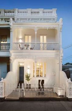 Architecture and design: Australian architecture – Part 1 – rustic home exterior Café Exterior, Terrace House Exterior, Victorian Terrace House, Facade House, Victorian Homes, Exterior Design, Bungalow Exterior, Exterior Cladding, Modern Exterior