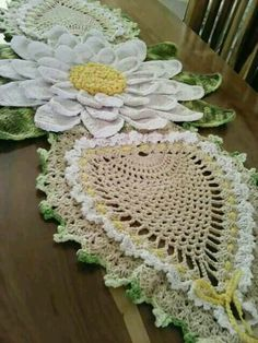 This Pin was discovered by Om Crochet Dollies, Crochet Bunny, Crochet Home, Love Crochet, Crochet Table Topper, Crochet Table Runner, Crochet Tablecloth, Crochet Flower Patterns, Crochet Designs