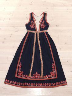 Folk Costume, Costume Dress, Maxi Dresses, Girls Dresses, Summer Dresses, Finger Weaving, The Swede, Costumes Around The World, Dress Ideas
