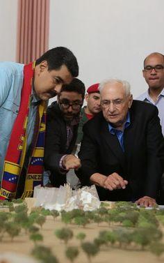 Frank Gehry presenta al presidente Nicolás Maduro la maqueta de la Sala Dudamel, parece una torta, ¿no les parece?