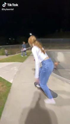 Skateboard Photos, Skateboard Videos, Skateboard Design, Skateboard Girl, Skater Kid, Beginner Skateboard, Skate Boy, Cool Skateboards, Skate Style