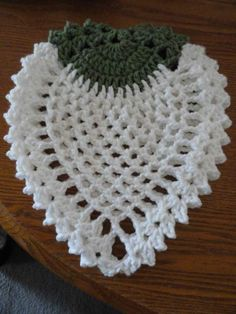 The vintage potholder I was coveting waaaay back here has been decoded! Then, you may recall that a lovely neighbor gave me these apple potholders, and I thought WooHoo, I have a sample t… Crochet Home, Love Crochet, Crochet Motif, Crochet Crafts, Crochet Doilies, Crochet Flowers, Crochet Projects, Crochet Coaster, Diy Clothing
