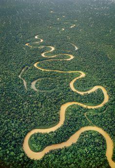 El río Tambopata cruza la reserva peruana del mismo nombre. La Reserva Natural de Tambopata-Candamo se extiende entre las regones selváticas de Madre de Dios y Puno, a más de 1.600 kilómetros de la ciudad de Lima. - photo by Corbis, via traveler.es