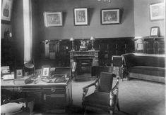 Камин в кабинете квартиры купца В. А. Соловьёва В кабинете – роскошный камин, мебель в модном стиле ампир обита дорогим бархатом, массивный стол, живописные полотна на стенах: невероятное достоинство и основательность.
