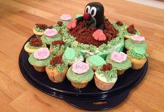 Für kleine und große Fans des kleinen Maulwurfs oder auch Krtek im Original. Den Maulwurf Oberkörper habe ich aus Marzipan gemacht und diesen mit schwarzer Lebensmittel-Pastenfarbe eingefärbt. Lediglich die Augen sind aus Fondant (da Marzipan nicht reinweiß ist). Ich habe ihn mit einem gekürzten Holzspieß fixiert. Die Cupcakes und der kleine Rührkuchen in der Mitte sind ganz bana ... Marzipan, Muffin Cups, Fondant, Amazing Cakes, Cake Toppers, Cake Decorating, Muffins, Yummy Food, Favorite Recipes