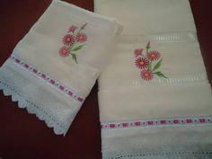 Conjunto de toalhas (banho e rosto), marca Buettner, personalizada com bordado a máquina (flores), lese e passa fita. Cor: creme R$ 78,oo