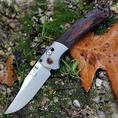 A Benchmade Mini Crooked River az eredeti Crooked River stílusát és funkcionalitását ülteti át egy kisebb, könnyebben viselhető formába. Throwing Tomahawk, Knife Throwing, Phenolic Resin, Outdoor Knife, Neck Knife, Folding Knives, Minion, Blade, Butterfly Knife