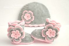 Crochet baby set booties and hat shoes boots beanie pink silver grey gray ПИНЕТКИ/ Baby Booties Crochet Bebe, Baby Girl Crochet, Crochet Baby Booties, Crochet Gifts, Crochet For Kids, Baby Blanket Crochet, Hat Crochet, Headband Crochet, Crochet Flowers