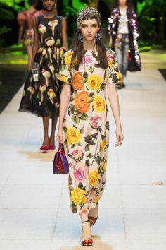 Dolce & Gabbana Spring 2017 Ready-to-Wear Collection Photos - Vogue Fashion Week, Fashion 2017, Runway Fashion, Spring Fashion, Fashion Show, Fashion Looks, Fashion Design, Milan Fashion, Floral Fashion