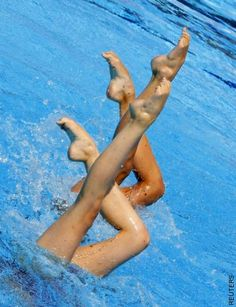 Put in transition with previous pin: double bent knee, to straightening one leg into this position. Synchronized Swimming, Swimming Pictures, In Sync, Sports Activities, Taekwondo, Belle Photo, Olympics, Photo Art, Water