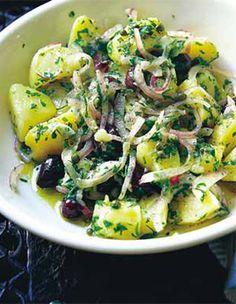 Recette Salade de pommes de terre : Faites dégorger l'oignon 30 mn dans un petit bol d'eau et 1 cuillère à café de sel. Il est ainsi plus doux et plus...