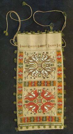 Kilim Desenli, Hesap İşi Kese Modelleri Embroidery Stitches, Embroidery Patterns, Hand Embroidery, Knitting Patterns, Cross Stitch Samplers, Cross Stitching, Turkish Art, Turkish Style, Palestinian Embroidery