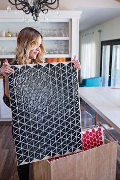 DIY: Fliesen für Fotohintergrund auf Holz kleben, was für eine Idee!