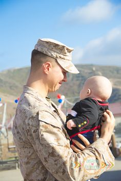 USMC 1/5 Homecoming Daddy meeting son for the first time