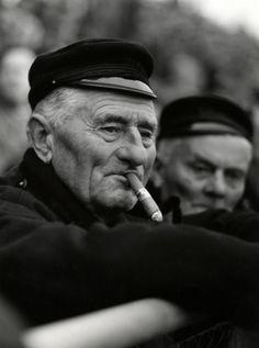 Toeschouwer van een voetbalwedstrijd in Volendam rookt een sigaar [bolknak], 1958. #NoordHolland #Volendam