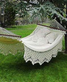Hammock decorating with pillows adds comfort to backyard ideas, creates an inviting place that is pleasant and cozy. Your hammock looks prettier and complete with good pillow or a few cushions. Choosing the right decorative pillows and accessories is easy. Your choice should be functional, reflectin